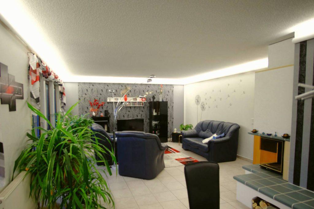 Indirekte LED Beleuchtung mit RGBW im Wohnzimmer