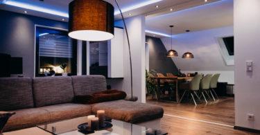 Wohnzimmer, Esszimmer und Küche mit indirekter RGBW-LED-Beleuchtung